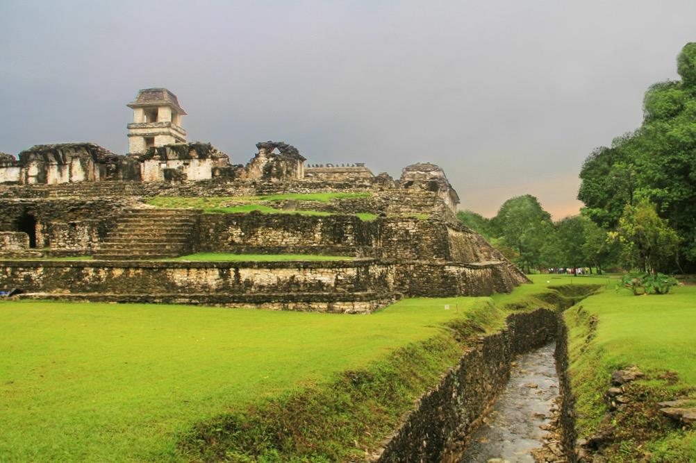 Мистический город индейцев майя Паленке. Дворец Правителя и канал с пресной водой. Мексика