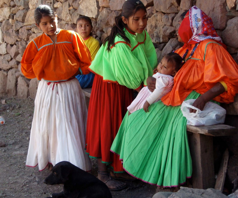Индейцы Тараумара в национальных костюмах. Дети
