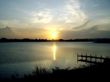 Озеро Петен-Итца в лучах закатного солнца, остров Флорес, Гватемала