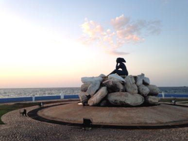 Памятник девушке на набережной Мексиканского залива города Кампече