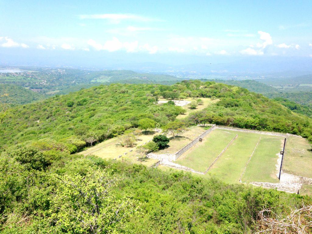 Огромное поле для игры в каучуковый мяч. Пок-та-пок, древий город Шочикалько, Мексика