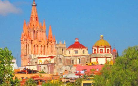 Приходской храм Сан Мигель Архангел  в розовом цвете в городе Сан Мигель де Альенде, Гуанахуато