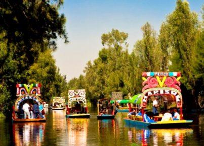 Музыканты приезжают в Сочимилько, чтобы наполнить озеро живительной мексиканской музыкой. Жители Мехико же, приезжают послушать музыкантов