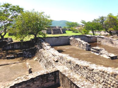 Развалины комнат правителей древнего города Шочикалько, Мексика