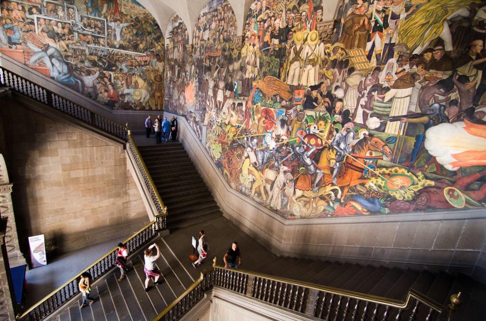 Настенные фрески гениального художника Мексики Диего Риверы, супруга Фриды Кало. Дворец Правительства, Мехико