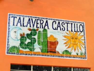 Талавера Кастийо на фасадах домов города  Долорес Идальго, Гуанахуато