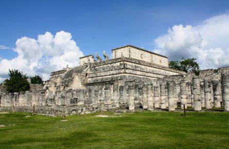 Храм Воинов в древнем городе Чичен-Ица, Юкатан Мексика