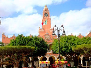 Муниципальные здания города Мерида на центральной площади