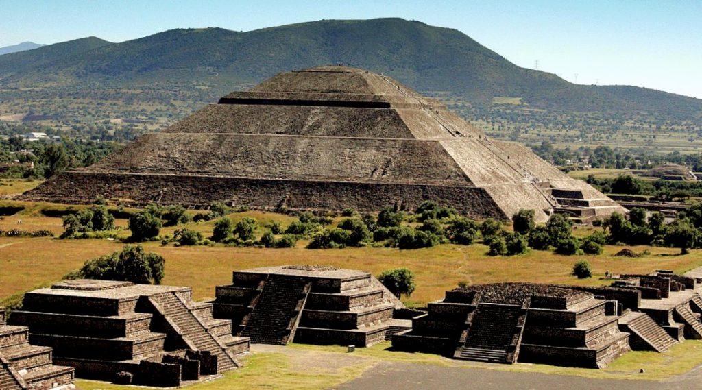 Пирамида Солнца и Дорога Мертвых в ункальном городе Теотиуакан, Мексика