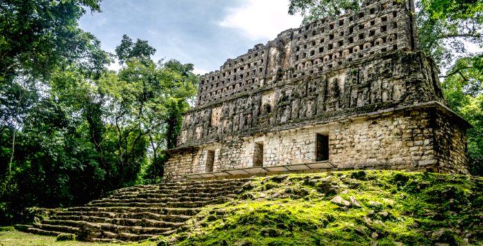 Храм Ягуара на самом высоком холме в глубоких джунглях индейского города Яшчилан, граница Мексикии Гватемалы