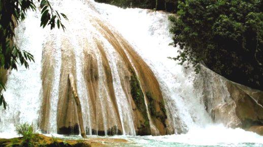 burnyj-potok-vody-kaskada-akva-asul-meksika