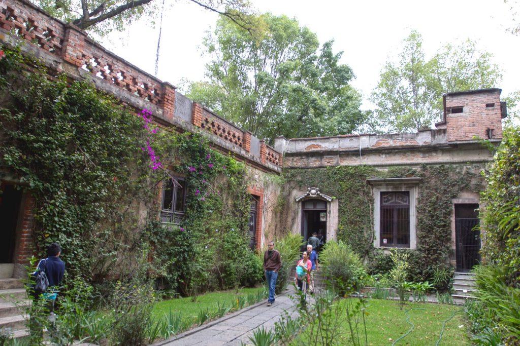 Скромный внутренний двор мексиканского дома бывшего наркома Троцкого Льва, район Койоакан, Мексика