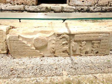 vysechennye-na-kamne-fragmenty-istorii-goroda-yashchilan-meksika