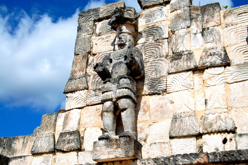 Одна из сохранившихся статуй война города Кабах, Храм Масок, штат Юкатан