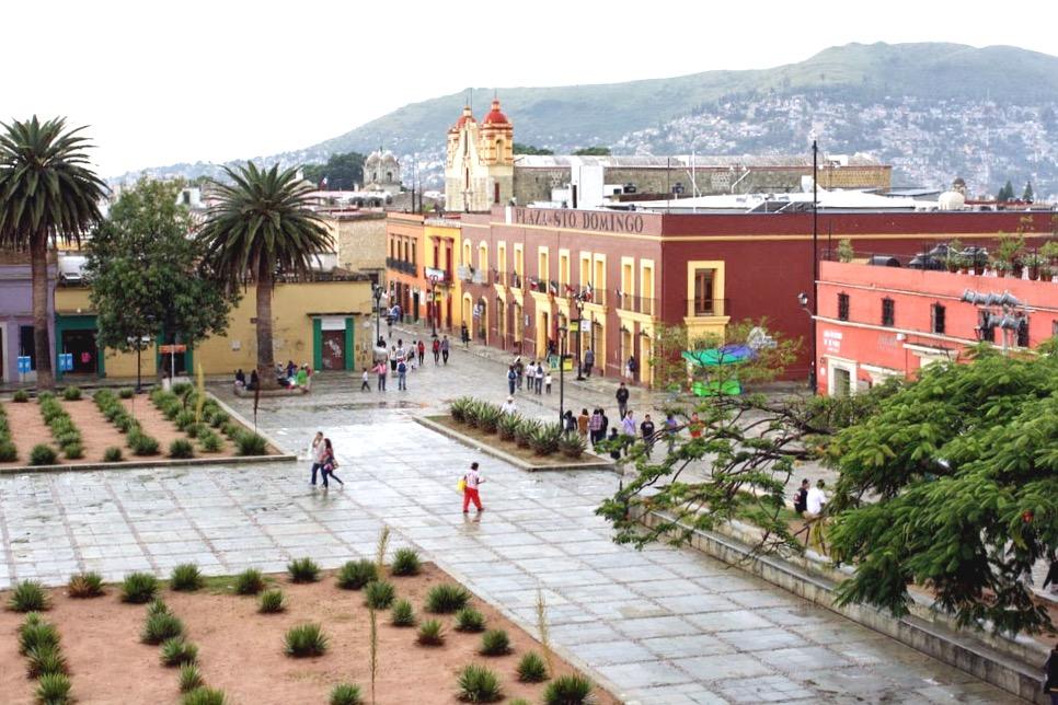 Площаль Сокало и вдалеке церковь Санто Доминго, Оахака, Мексика