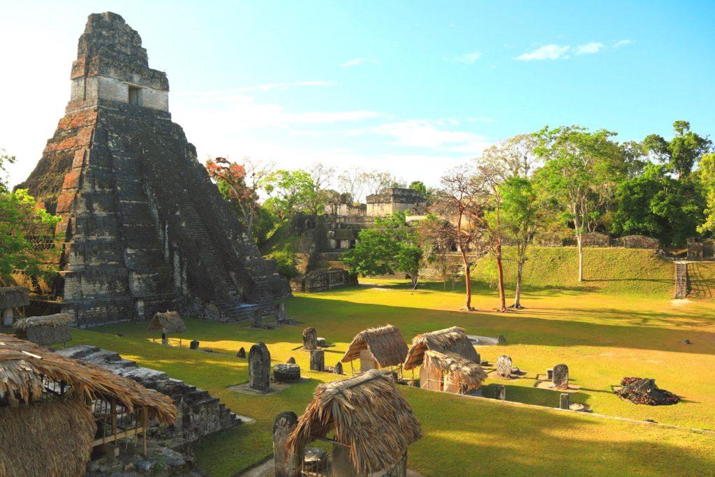 Центральная площадь Гран Пласа города Тикаль, Гватемала