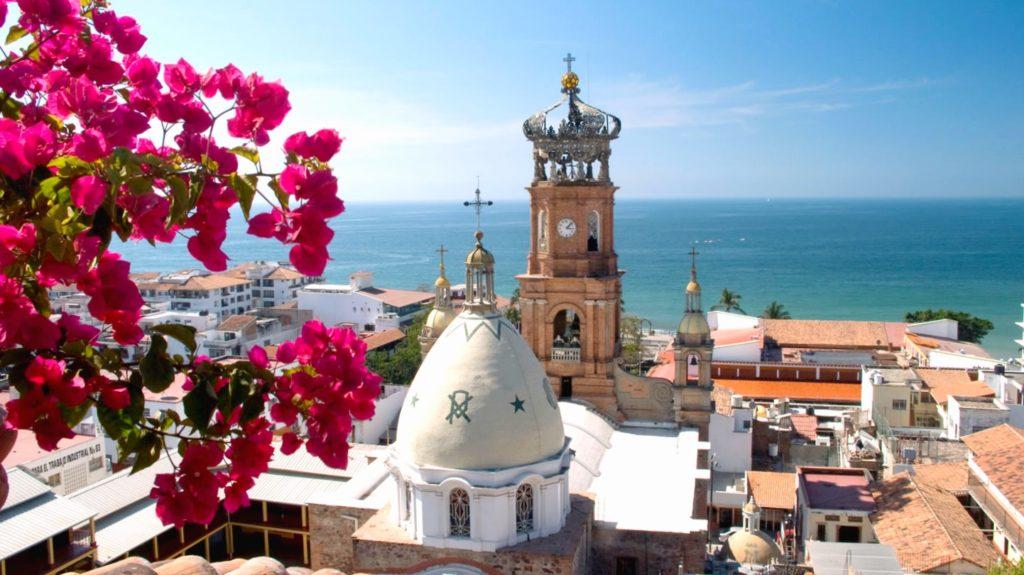 Курортный город Пуэрто-Вальярта на тихоокеанском побережье Мексики