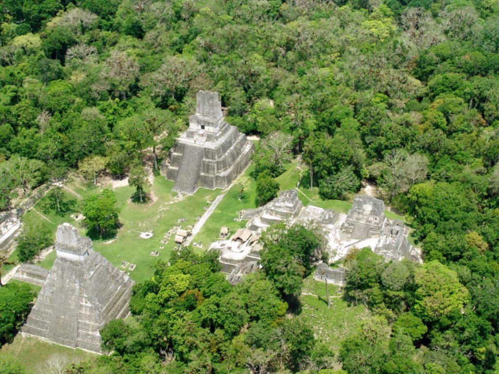 Майяский город Тикаль с высоты птичьего полета, Гватемала