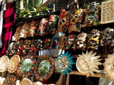 maski-indejcev-majya-i-drugie-suveniry-v-arxeologicheskoj-zone-ek-balam-meksika