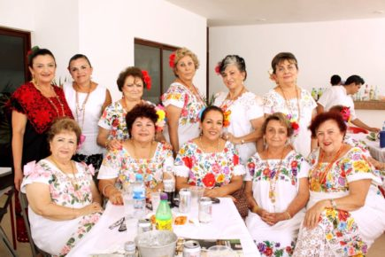 meksikanskie-zhenshhiny-v-nacionalnom-plate-uipil-shtata-yukatan-meksika