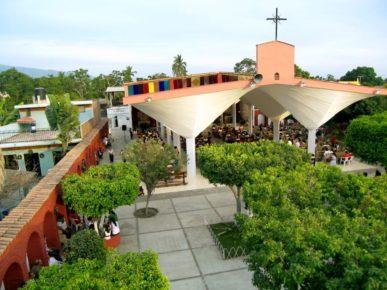 mestnye-zhiteli-na-sluzhbe-v-prixodskoj-cerkvi-goroda-tekoman-meksika