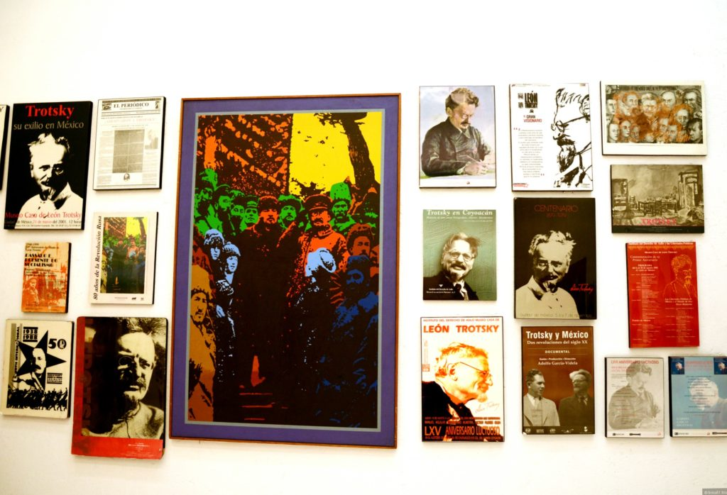 Фотографии и вырезки из газет в доме-музее Троцкого Льва, Мексика, район Койоакан