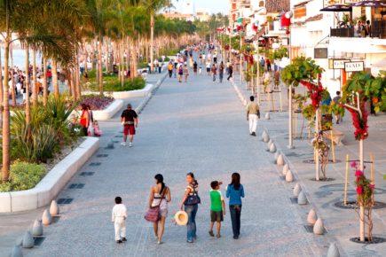Набережная Малекон - променад в доль Тихого океана, курортный город Пуэрто-Вальярта, Мексика