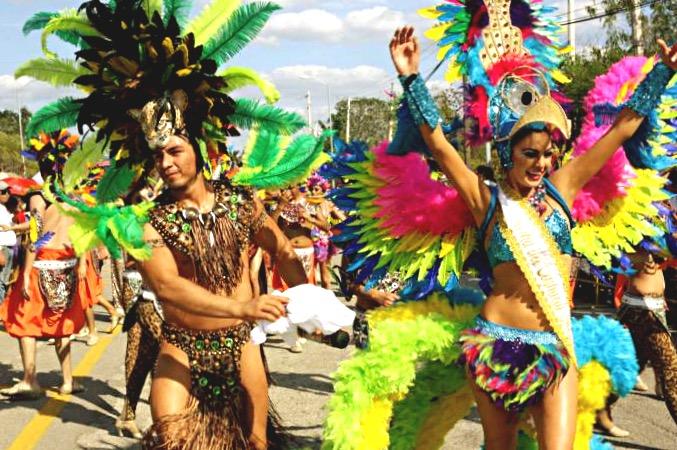 Яркие костюмы в стиле Рио, Карнавал в Мериде, Мексика