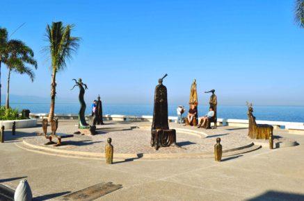 neobychnye-bronzovye-skulptury-na-promenade-malekon-v-gorode-puerto-valyarta-meksika