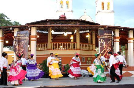 pary-v-nacionalnoj-meksikanskoj-odezhde-tancuyut-v-parke-prinsipal-kampeche-meksika