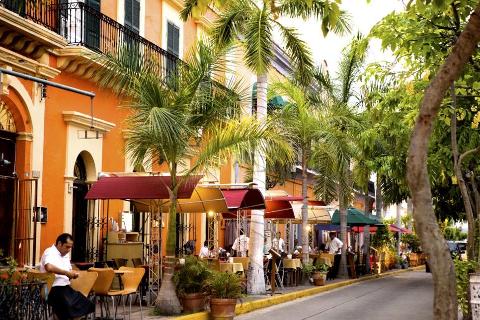 Рестораны и кафешки с местной и европейской кухней на площаде Мачадо, Масатлан, Мексика