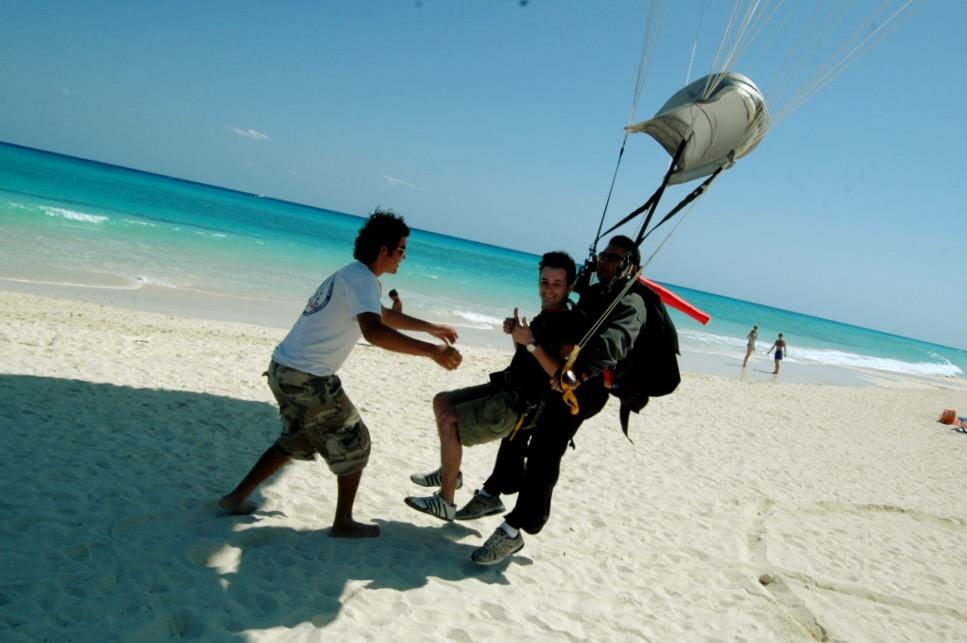 Прыжок с парашютом с приземлением на белоснежные пляжи Карибского побережья, Мексика