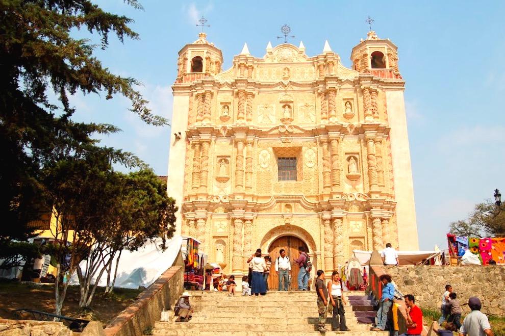 Собор Святого Доминго выполненный из камня нежно розового оттенка, туристическая жемчужина города Сан Кристобаль