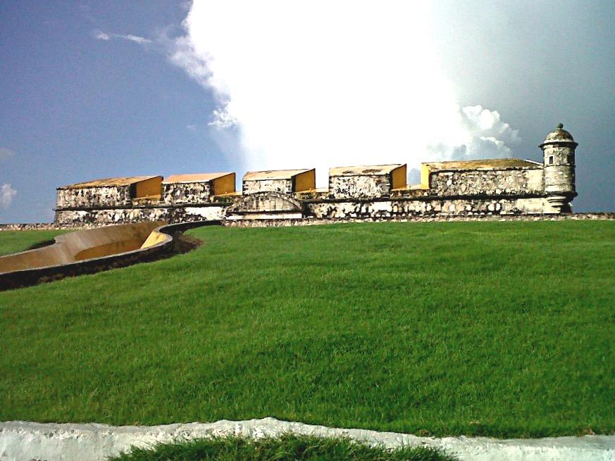 Внушительная крепостная стена построенная вокруг города Кампече, чтобы защитить его от нападения пиратов карибского моря. Мексика