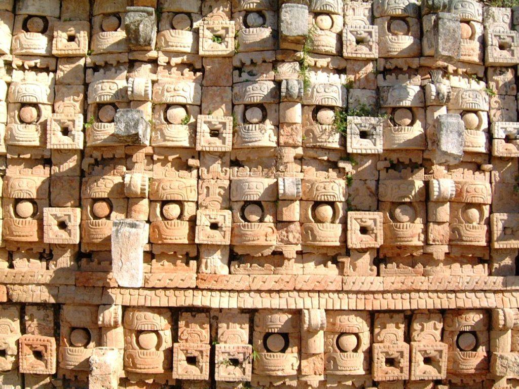 Мозайка на Храме Масок в виде длинноносого Бога Дождя Чаака, кодз-пооп. город Кабах, Мексика