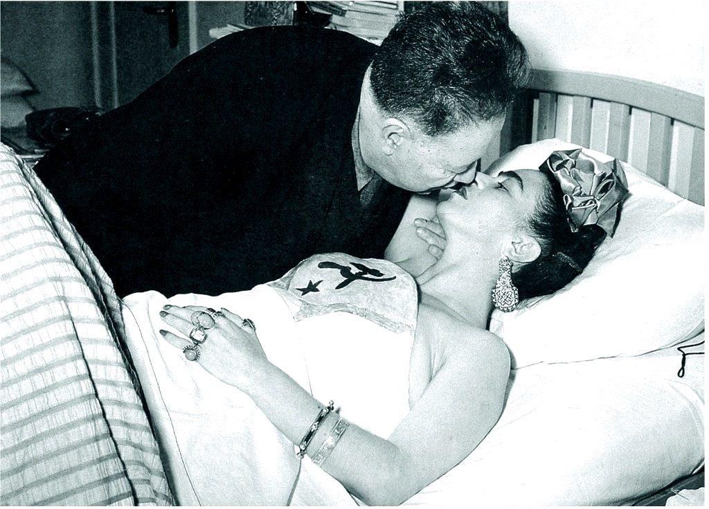 Диего Ривера ухаживает за супругой Фридой Кало, Каса Азуль, район Койоакан, Мексика