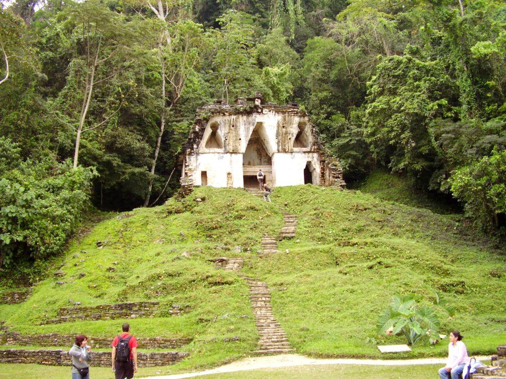 Приютившийся на холме сказочный Храм Креста, Паленке Мексика