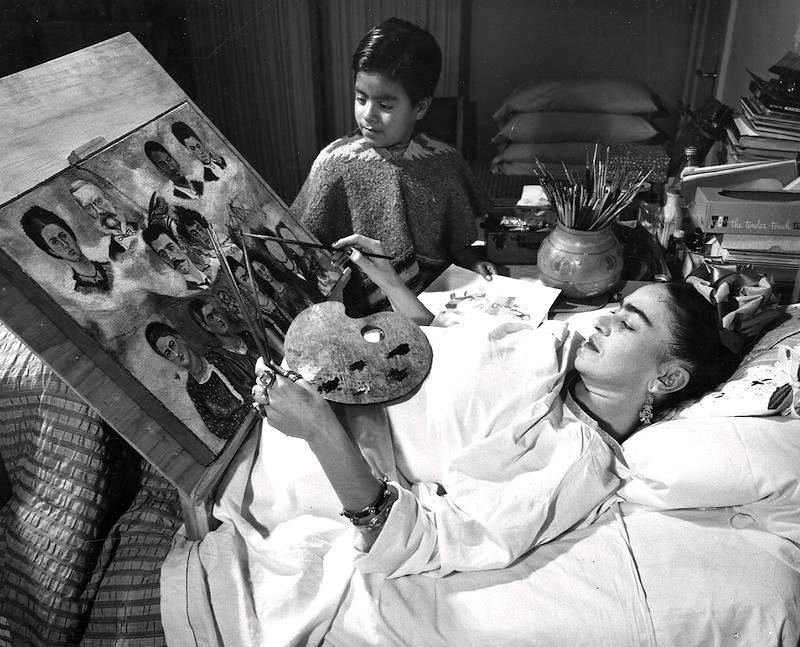 Фрида Кало рисует свои легендарные картины в кровате в доме Каса Азуль, район Койоакан, Мексика