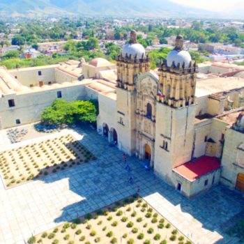 Центральная площадь и церковь Санто Доминго, Оахака, Мексика