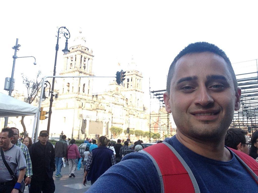 Арсен на фоне Кафедрального сбора на площади Сокало