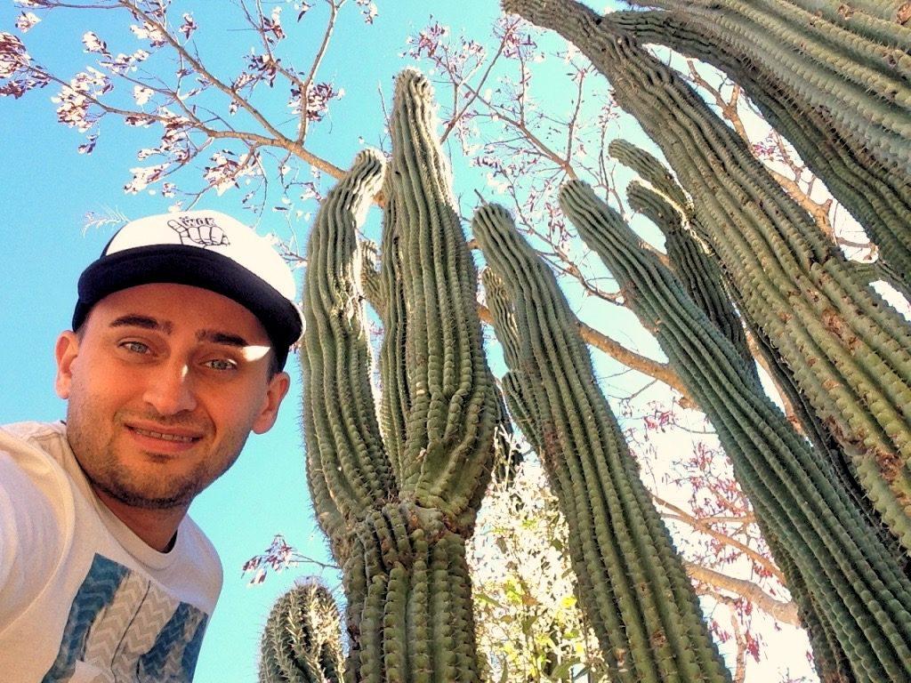 Арсен на фоне кактусов в Монте Альбан. Оахака.