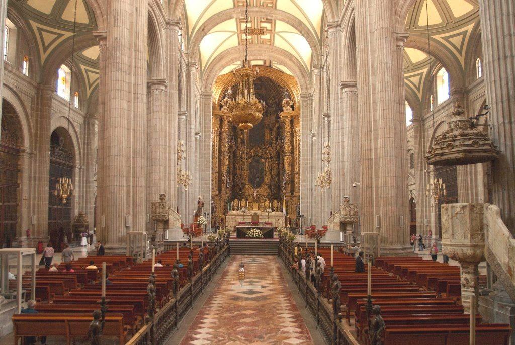 Центральный неф Кафедрального собора Мехико сити. Посередине - уровень.