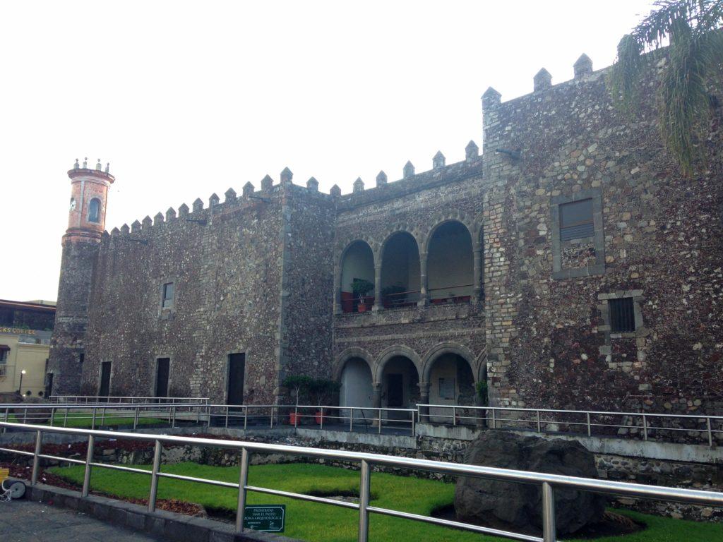 Вход в замок Эрнана Кортеса в Куэрнаваке