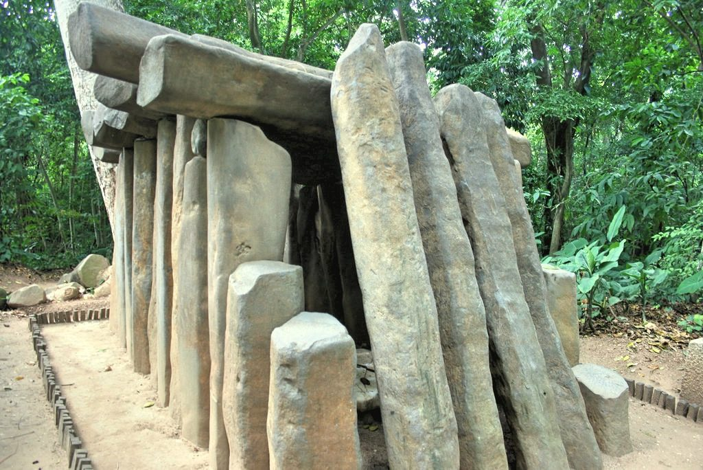 Гранитные столбы, служившие накрытием для гробницы знатной особы в Ла Вента