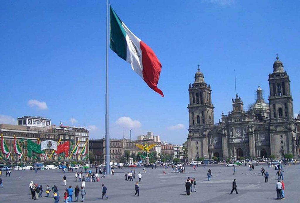 Главный флаг на центральной площади страны