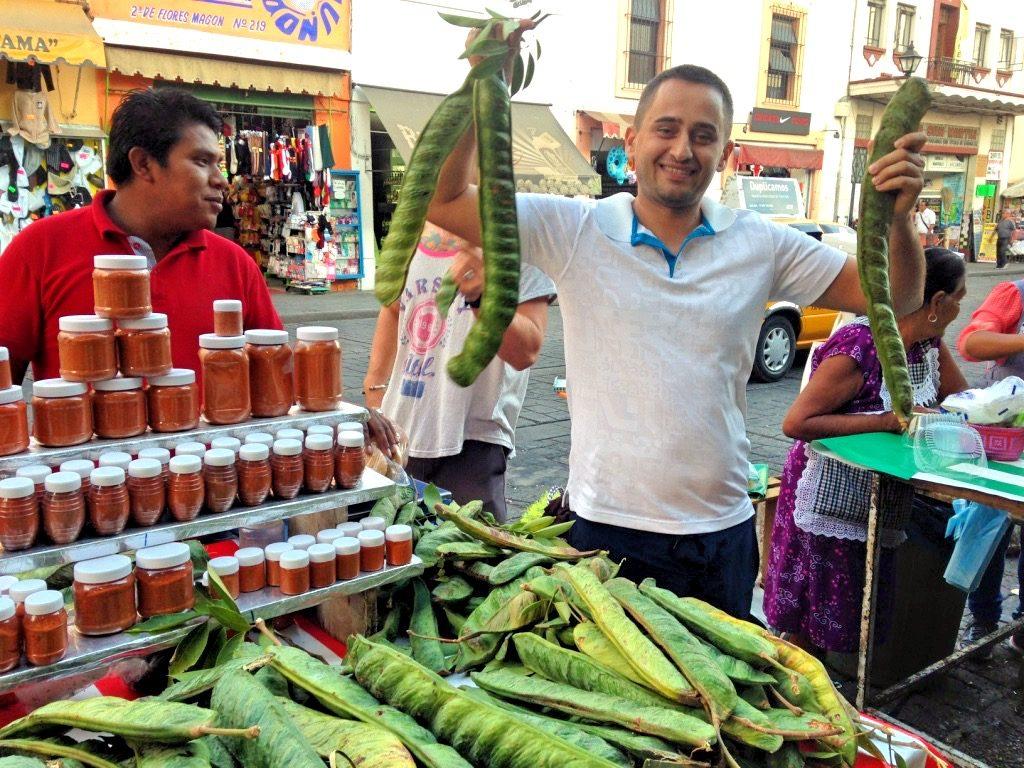На рынке с плодами инга спурия