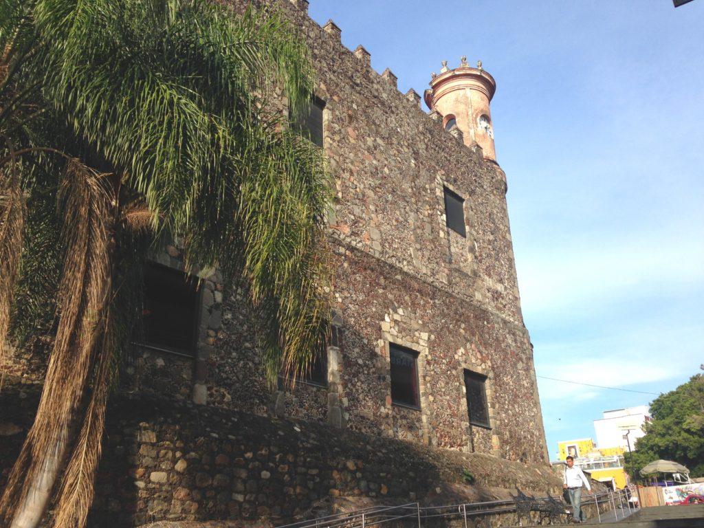 Толстые стены замка Кортеса