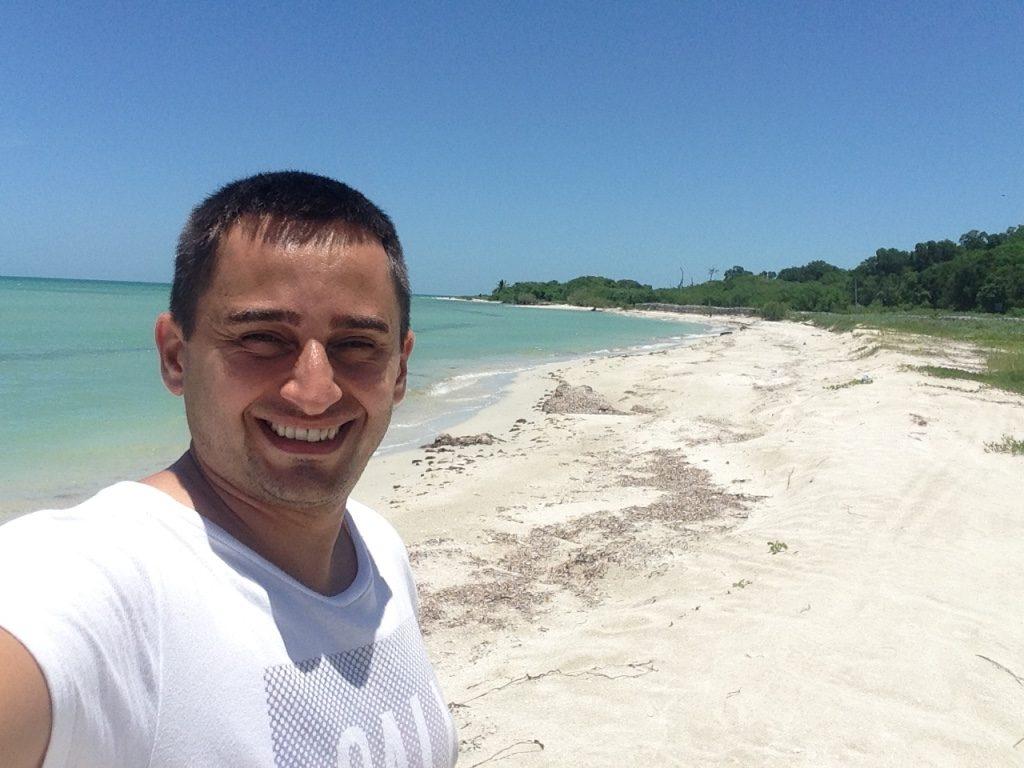 Гид Арсен Азибеков на пляже в Тулуме