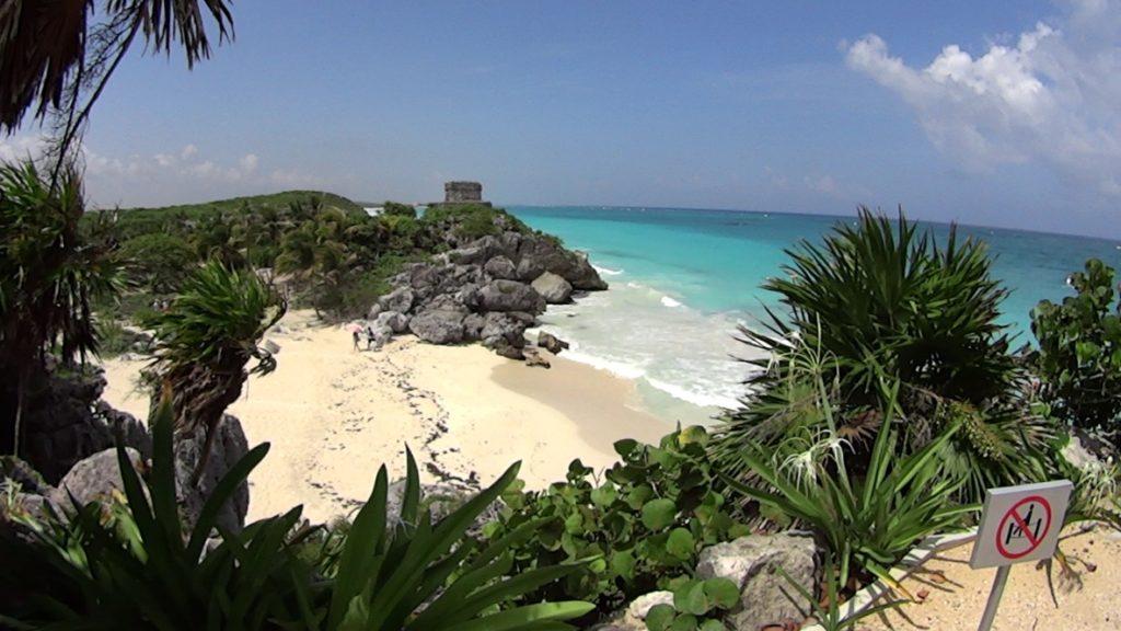 Пляж в Тулуме и пирамида на утесе Параисо