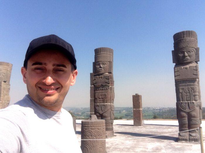 Каменные колонны воинов на вершине пирамиды